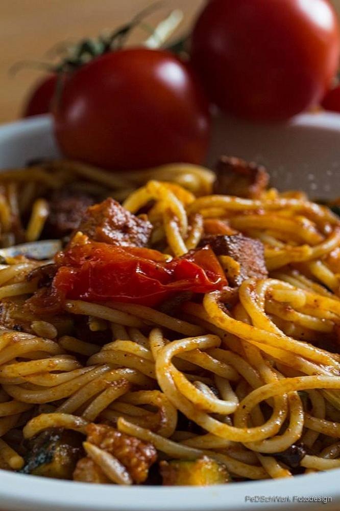 Spaghetti mit Tofu-Zucchini-Tomaten-Soße (Petra D.-S.)